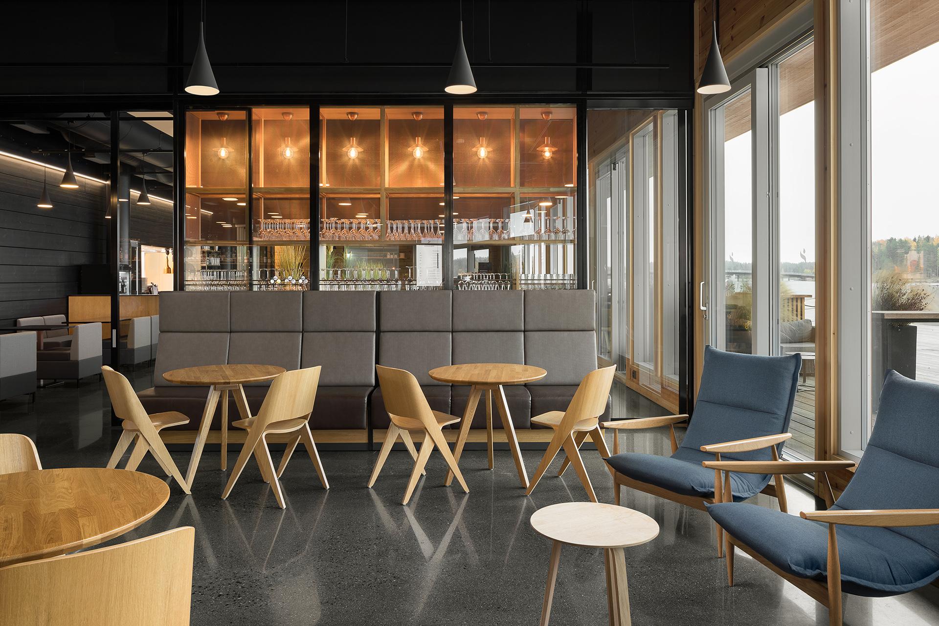 Loungen sisustusarkkitehtisuunnittelu on rentoa ja kutsuvaa.