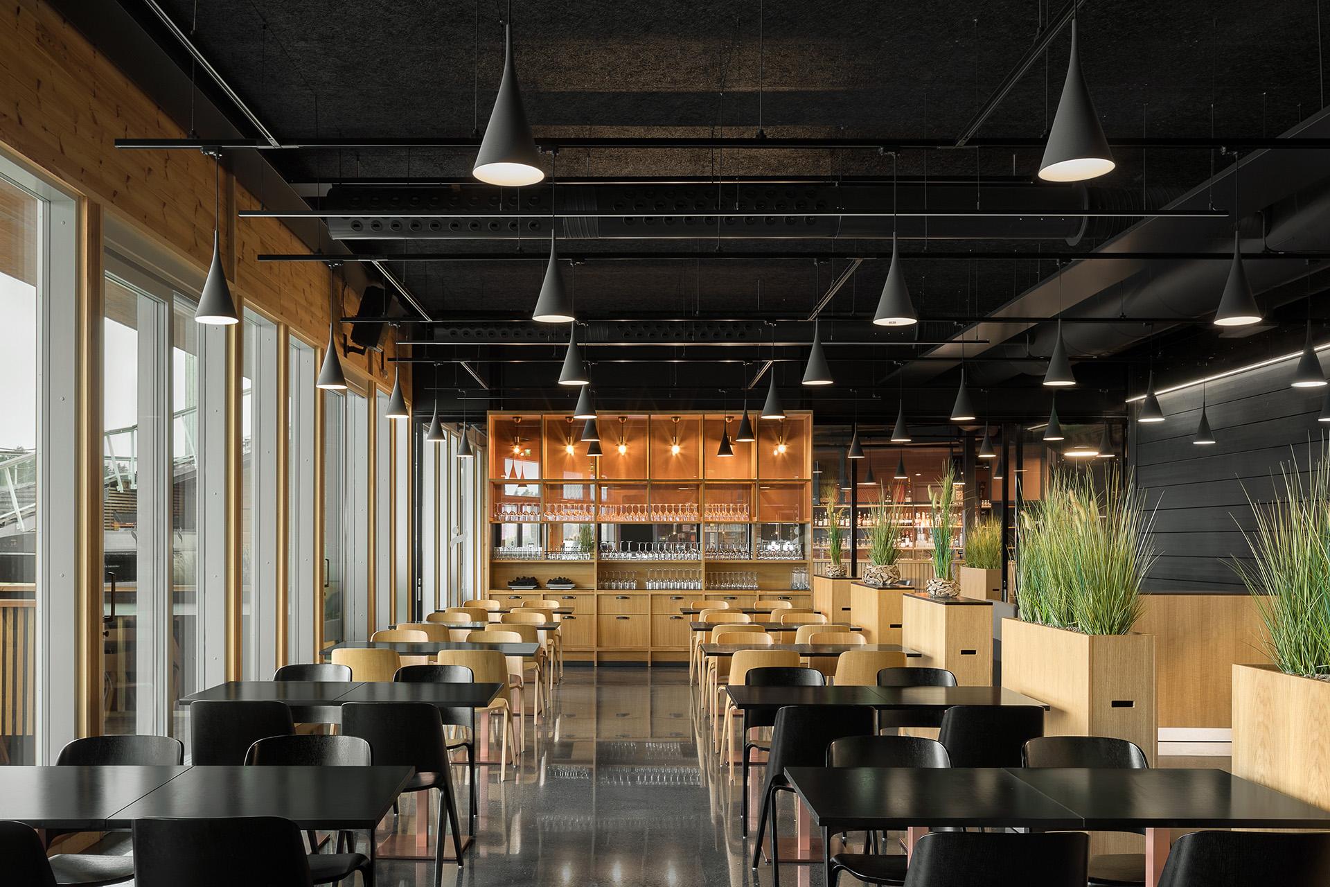 Ravintolan sisustussuunnittelu on selkeä ja lämminhenkinen.