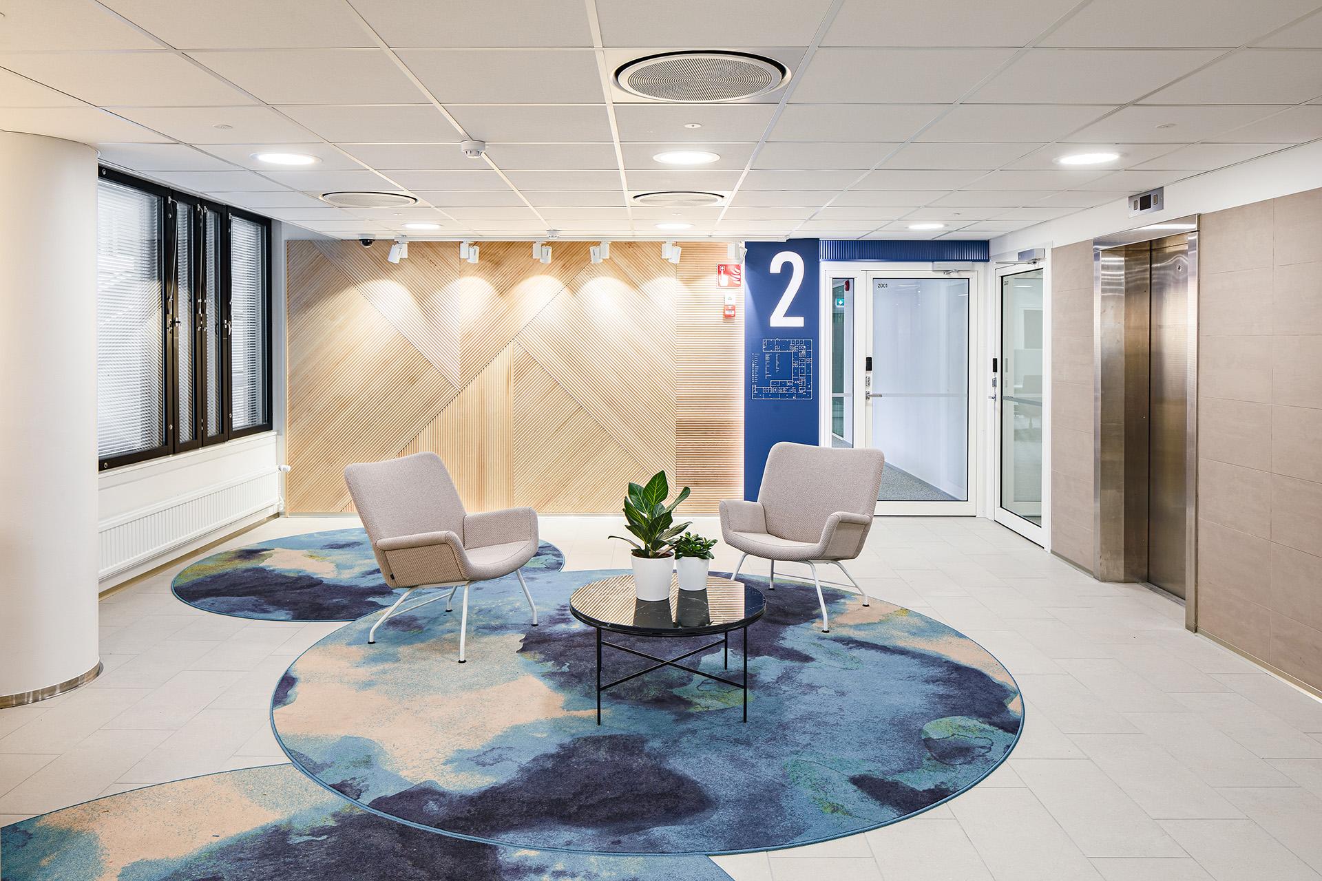 Tilamuotoilutoimisto Profit Interiorin suunnittelemassa aulatilassa on seesteinen ja raikas tunnelma.