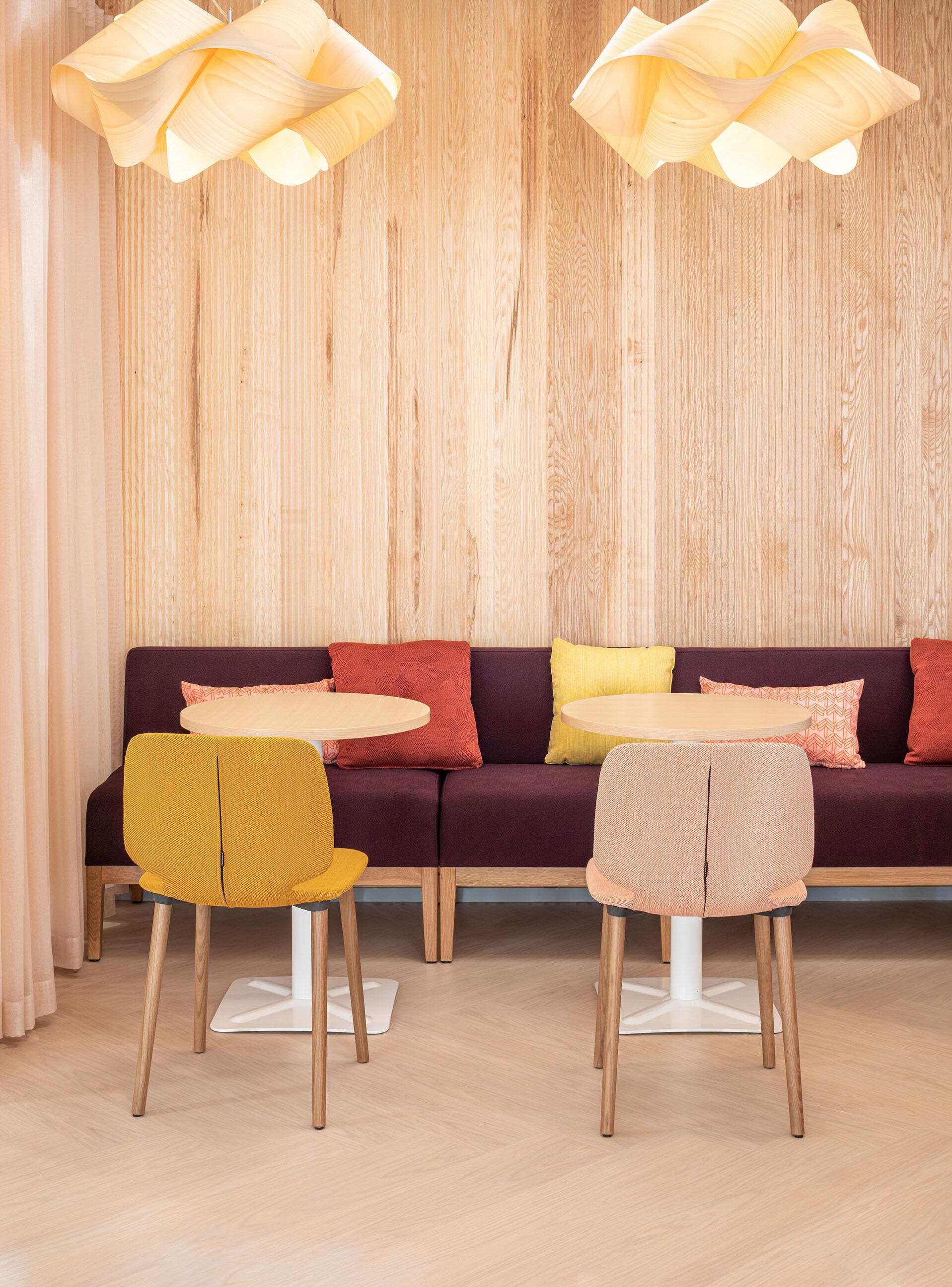 Tilamuotoilutoimisto Profit Interiorin työympäristösuunnittelija valitsi työkahvilaan herkulliset värit ja materiaalit.