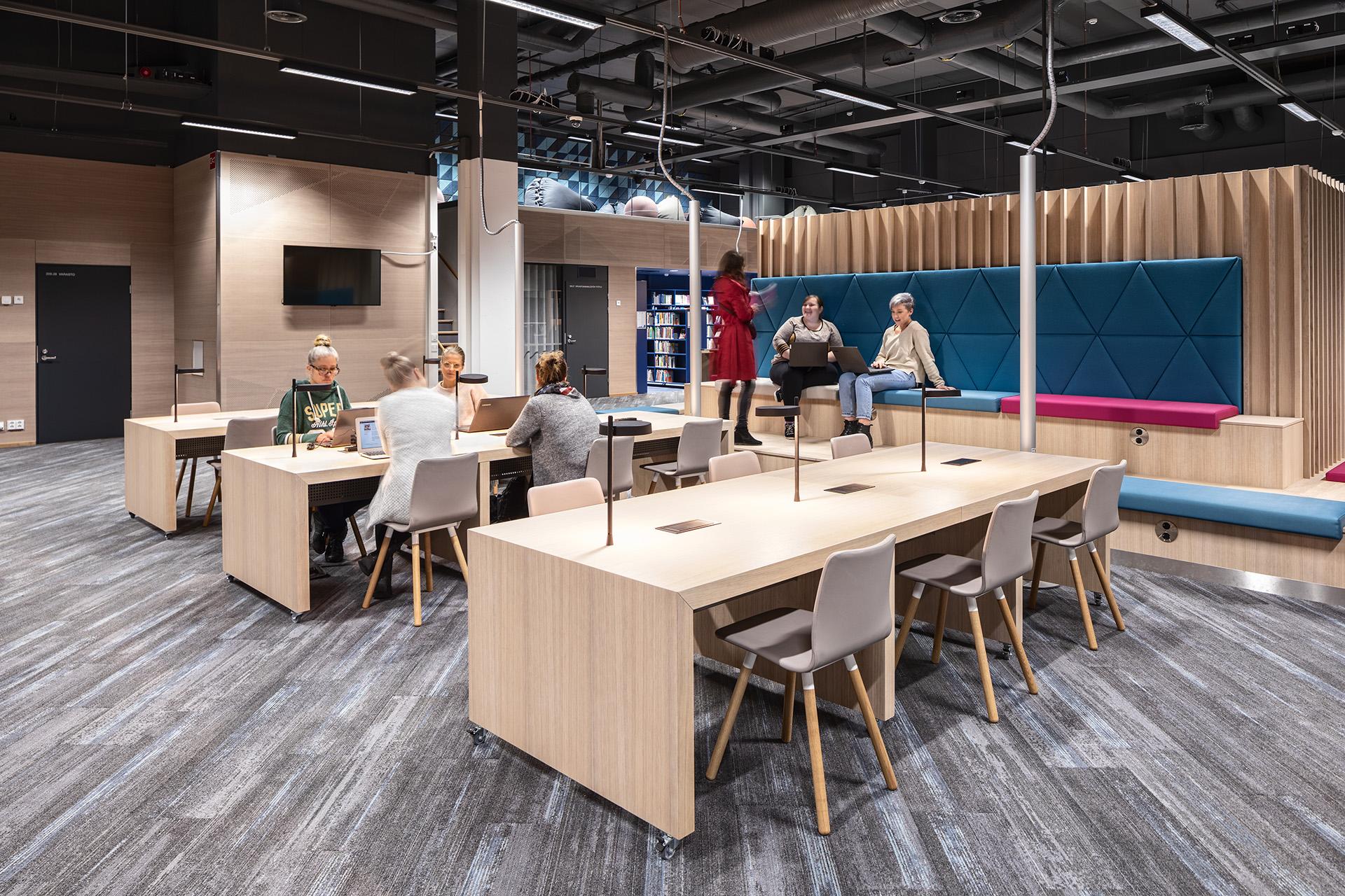 Tilamuotoilutoimisto Profit interior suunnitteli kirjaston modernit kiintokalusteet.