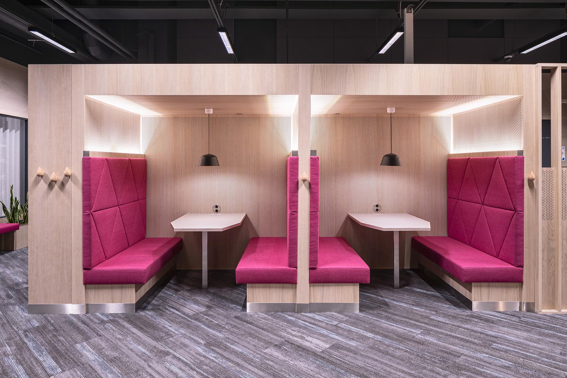 Tilamuotoilutoimisto Profit interior suunnitteli oppimisympäristön ilmeikkäät kiintokalusteet.