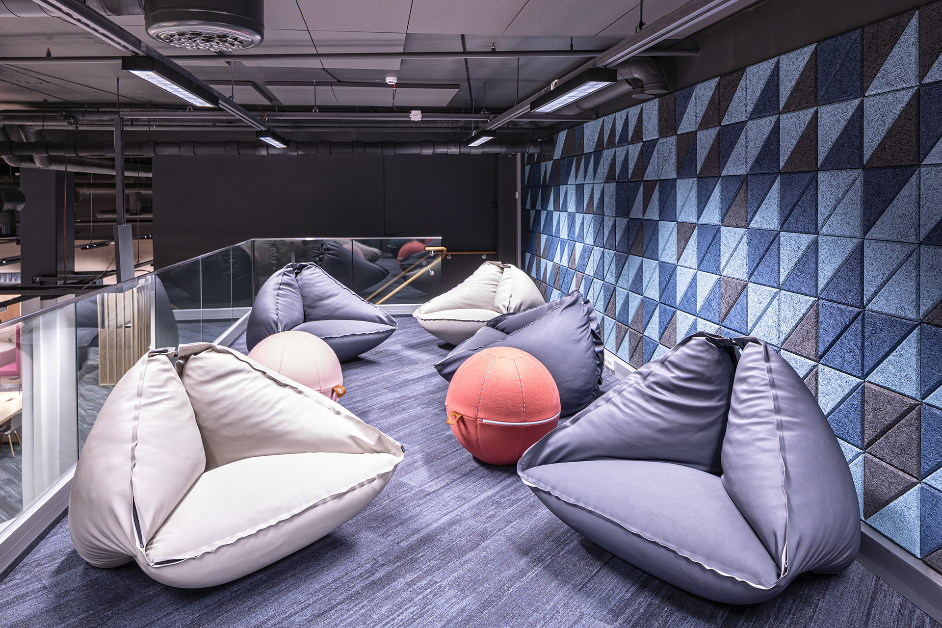 Sisustuarkkitehtitoimisto suunnitteli parvelle viihtyisän oleskelutilan opiskelijoille.
