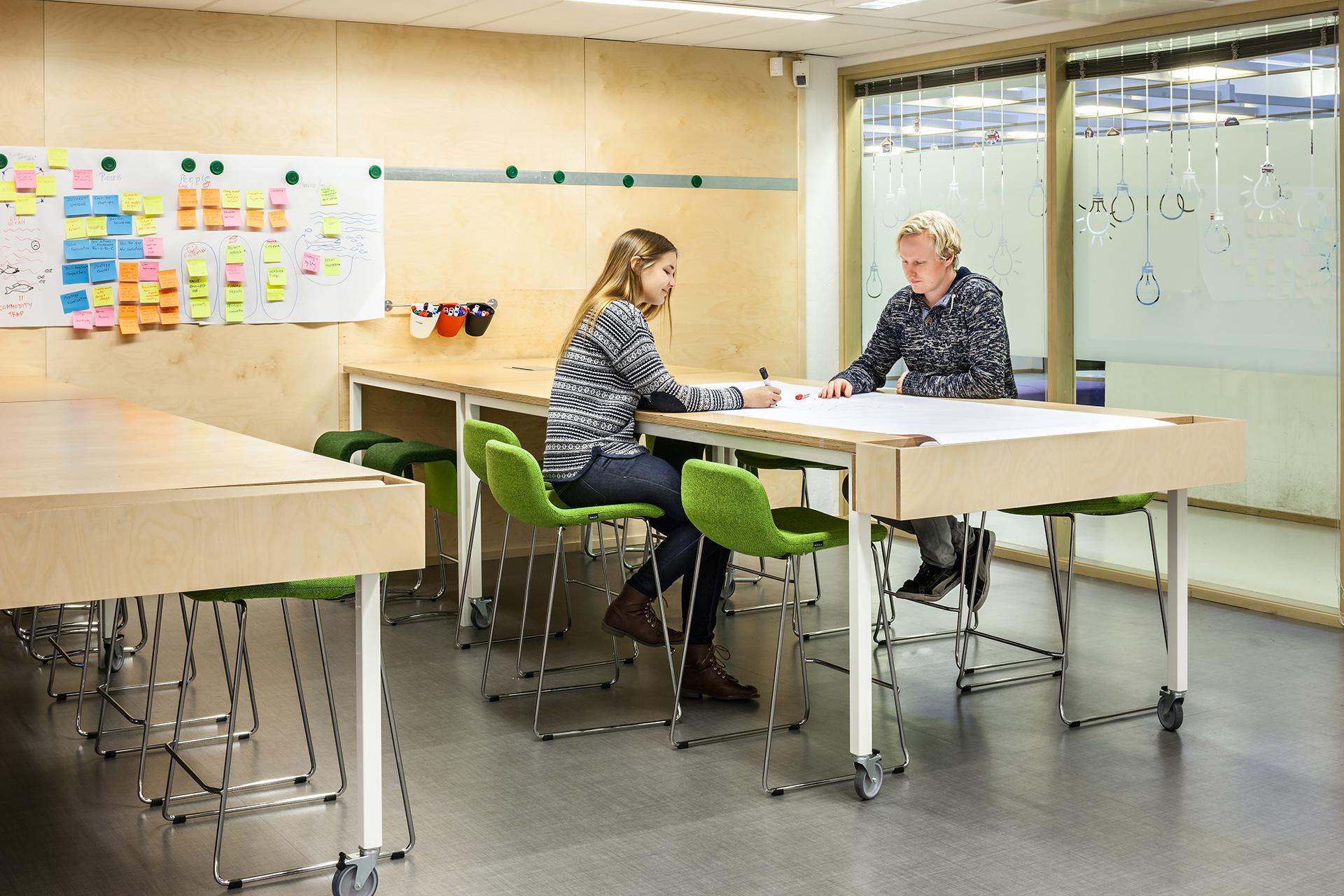 Opiskelijoiden pajatyöskentelyn tiloihin suunniteltiin muunneltavia kalusteratkaisuja ja toiminnallisia pintoja.