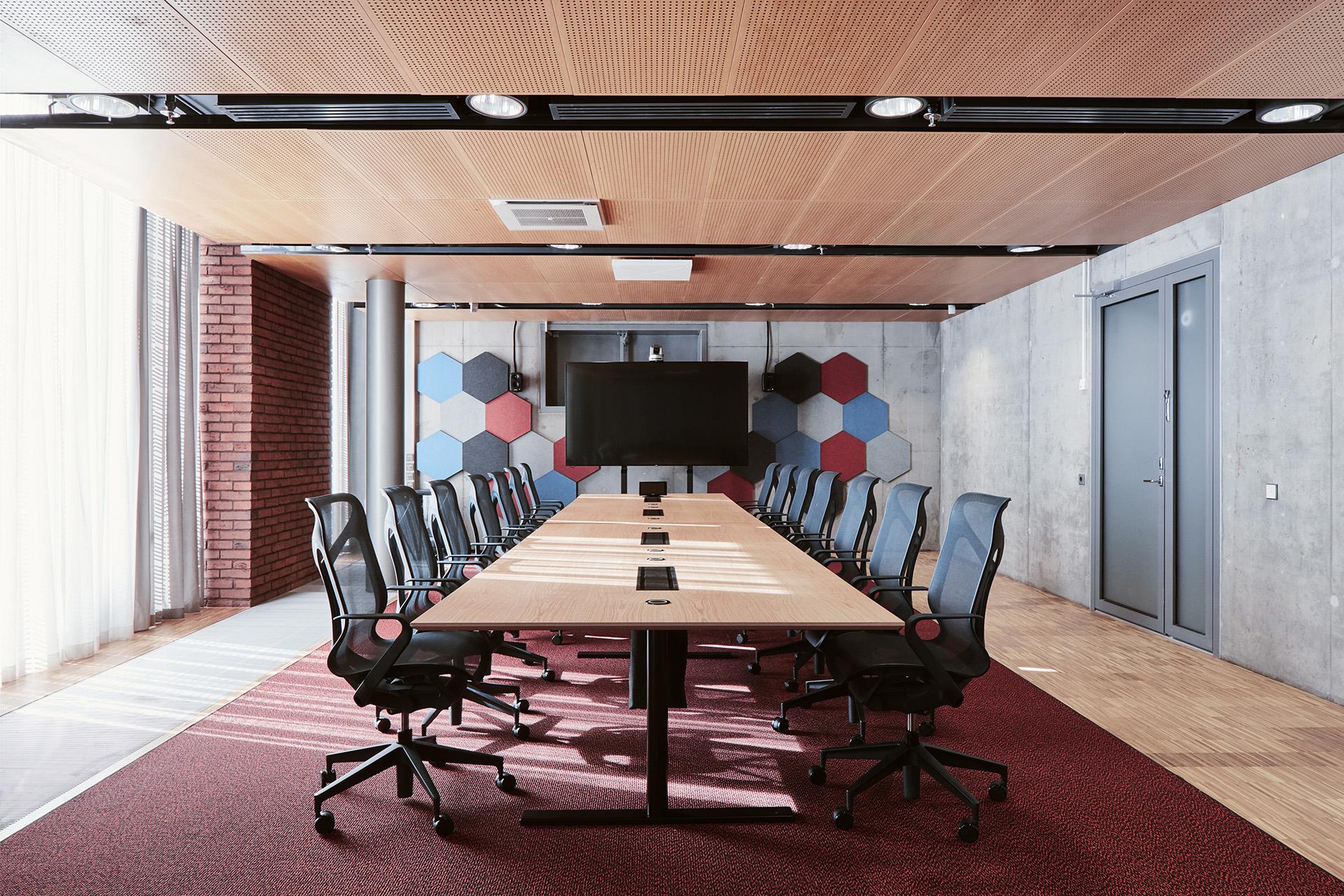 Neuvotteluhuoneen sisustus kunnioittaa tilan arkkitehtuuria.