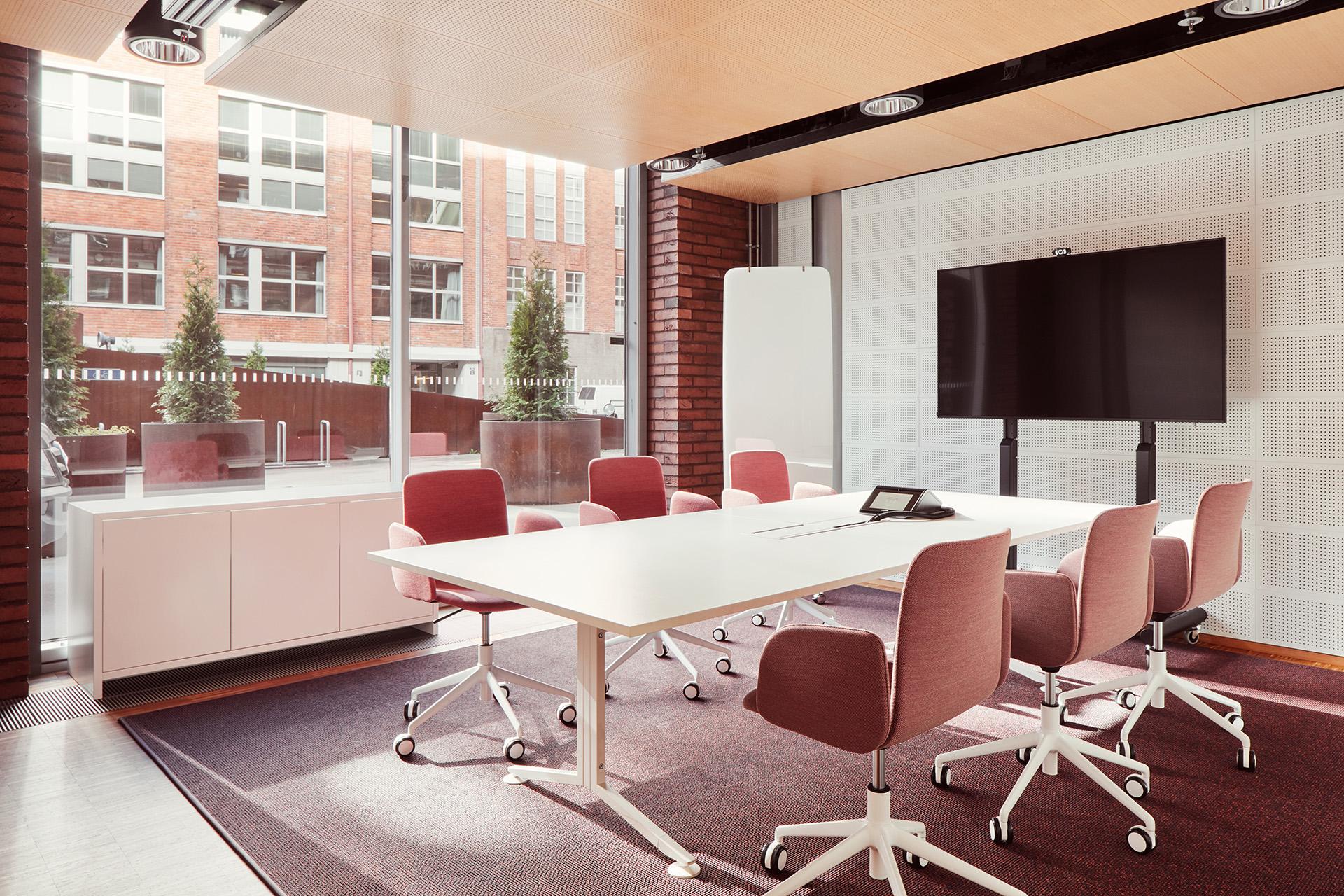 Profit Interiorin sisustusarkkitehti suunnitteli viihtyisän ja toimivan neuvottelutilan.