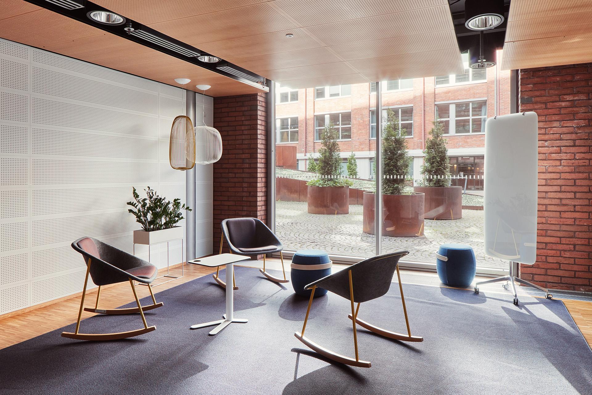 Tilamuotoilutoimisto Profit Interiorin suunnittelema modernin toimiston epämuodollinen neuvottelutila.