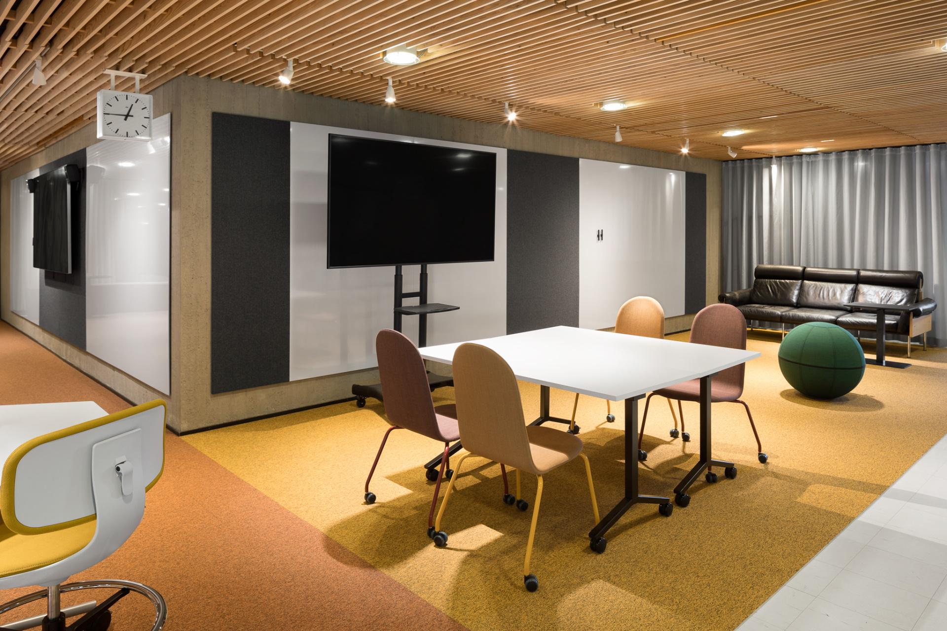 Muuntojoustavien tilojen suunnittelussa kalustukseen valittiin pyörillä varustettuja malleja.